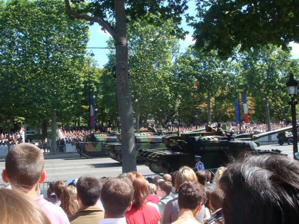 花火にパレード、戦車も!フランスで革命記念日を過ごしてみよう